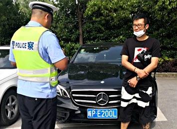 男子开车逆行碗可爱,被市民拍下后……